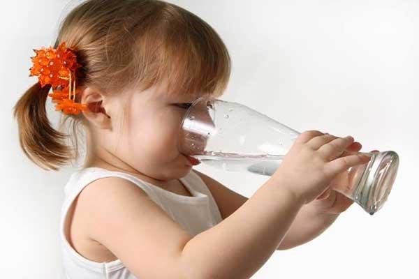 مردم بر این باور بوده اند که هر انسانی می بایست به طور میانگین در طول روز 8 لیوان آب دریافت کند.